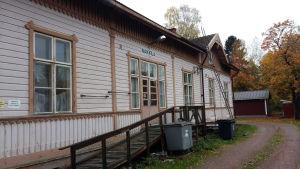 Den gamla stationsbyggnaden i Nakkila är ännu i gott skick.