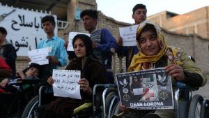Patienter vid rehabiliteringscentret i Mazar-i-Sharif protesterade mot mordet på den spanska fysioterapeuten där. Bilden är tagen den 16 september.