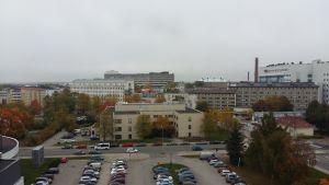 Rakt fram Åbo universitets byggnad Mikro och till höger Medisiina. I bakgrunden ÅUCS A-sjukhus och U-sjukhus.
