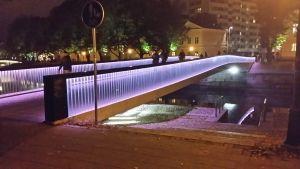 Biblioteksbron i Åbo lyste rosa för att uppmärksamma bröstcancer