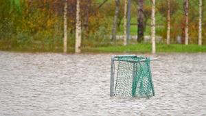 Ett fotbollsmål står på en översvämmad bollplan.
