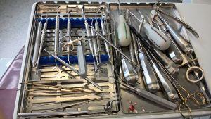 En låda full med instrument som används hos tandläkaren