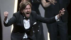 Smokingklädda Ruben Östlund ger upp ett glädjetjut över att The Square vunnit Guldpalmen.