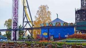 Den gamla karusellen på Borgbacken, intäckt för vintern.