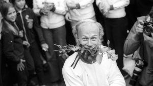 Juha Väätäinen med en ros i munnen efter EM-guldet 1971.