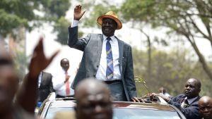 Oppositionsledaren Raila Odinga vinkar till anhängare då han lämnar Högsta domstolen i Nairobi den 1 september 2017.