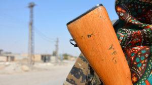 Kurdisk YPG-krigare utanför Raqqa.