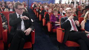 Centern på partikryssning. Matti Vanhanen och Juha Sipilä sitter på första raden.