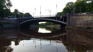 Dombron speglas i Aura å i Åbo.