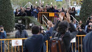 En del anhängare till separatistledarna hade samlats utanför domstolen i Madrid inför domstolsförhandlingen.