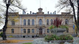 Bild på höstligt stadshus i Borgå.