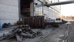 Turbiner svetsas i bitar vid Ingå kraftverk.