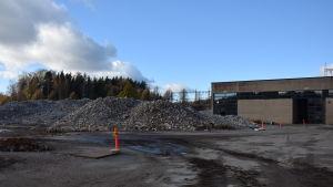 Betong från kraftverkets byggnader krossas och återanvänds.