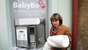 I Tjeckien finns 60 babyluckor runt om i landet. Nästan 100 barn har lämnats in i dem. Den här babyluckan finns i Prag.