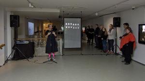 Minna Joenniemi avasi Oi maamme! -näyttelyn Jyväskylän taidemuseossa.