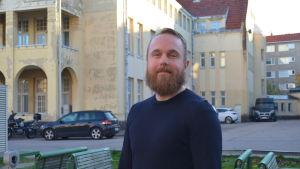 Bilden visar Fredrik Löfberg som står på Maria 01:s innergård.
