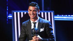 Cristiano Ronaldo tar emot sitt pris.