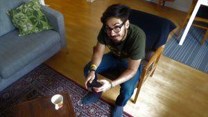Adrian Perera spelar Playstation.