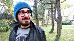 Adrian Perera står utomhus.