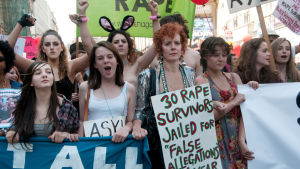 En grupp demonstrerande kvinnor.