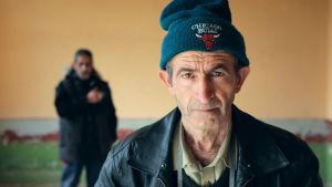 Vanha posteljooni pyrkii pormestariksi vaaliteemanaan asuttaa kuihtuva bulgarialaiskylä pakolaisilla.