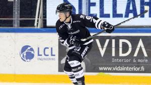 Olli Juolevi skjuter ett skott
