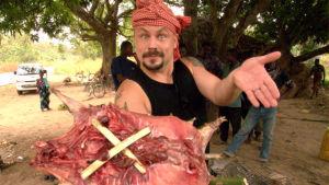 Riku Rantala esittelee grilliin valmista tunnistamattoman nisäkkään varrasta.