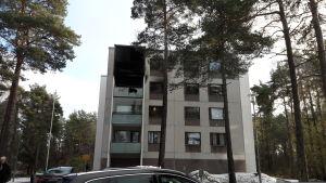 Eldhärjad lägenhet i höghus i Pargas.