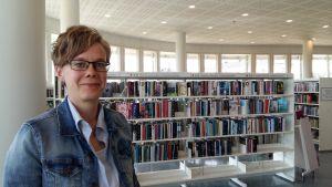 Författaren Johanna Boholm på Mariehamns bibliotek.