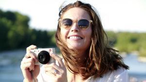 Anne (Diane Lane) i närbild när hon skrattar och fotograferar.