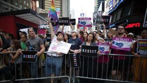 Folk protesterar mot Trumps beslut att itne tillåta transpersoner tjänstgöra i militären.