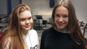Lova Byggningsbacka och Joanna Mattbäck går på ettan i Korsholms gymnasium.
