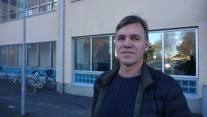 Anders Wahlberg står utanför simhallen i Kristinestad.