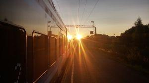 Juna seisoo Siuntion seisakkeella, aamu sarastaa.