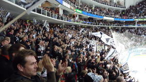 Ishockeypublik applåderar i Åbohallen.