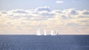 Granater slår ner i vattnet utanför Russarö i Hangö.