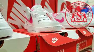 Nike-skor på skolådor.