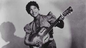 Sister Rosetta Tharpe spelar gitarr