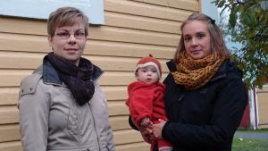 Linda Holm (bloggare) och Carolina Beijar (med dottern Freja) anser att silvervatten botar och förebygger sjukdomar.