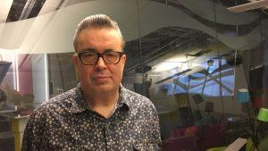 Kuva Pekka Laineesta Puoli 7 -studion lämpiössä.