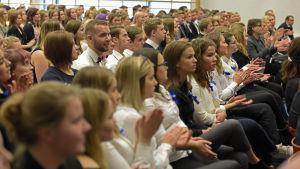 Elever vid Vasa övningsskola firar Ahtisaaridagen.