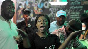 Besvikna reaktioner i baren på Harare Sports Club där människor följde med Mugabes tv-tal på söndag kväll.