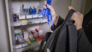 Työntekijä varastaa toimistotarvikkeita.