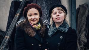 Seitsemäntoista-sarjan näyttelijät Elli Melasniemi (Olivia) ja Milla-Mari Pylkkänen (Iita)