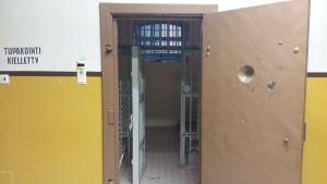 dörren öppnas till en fängelsecell i tidigare länsfängelset i Åbo.