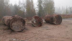 Rostiga oljecisterner i Jakobstad vid Väg-och Vattens gamla depå