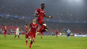 Sadio Mané firar ett mål genom att hoppa högt i luften.