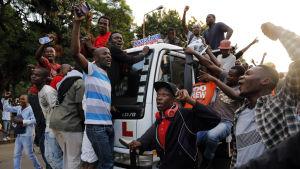 Harareborna firar efter Mugabes avgång.