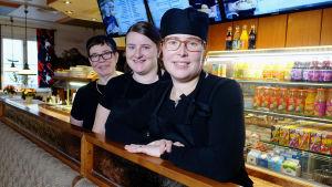 Anna Juustovaara, Heidi Hänninen och Monica Hänninen i restaurang