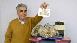 Jyrki Saarikoski nostaa arvonnan voittajakortin karvahatusta